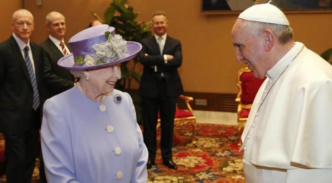 Las claves de la comunicación no verbal en el encuentro entre el Papa y la Reina de Inglaterra